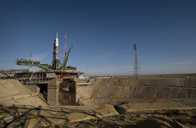 800px-Soyuz_expedition_19_launch_pad.jpg